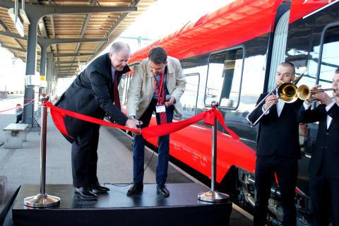 Peter Viinapuu, VD MTR Nordic, och Johan Söör, VD MTR Express, klipper bandet i Göteborg