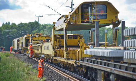 Strukton Rail rustar upp spåret mellan Nyköping och Jönåker