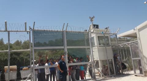 SOS Barnbyar stöttar unga flyktingar fångade bakom taggtråd på Lesbos