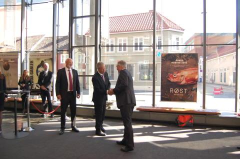 Direktør ved Det Norske Myntverket, Kjell Wessel, hilser på Sentralbanksjef Øystein Olsen i forbindelse med 200-årsjubileet til Norges bank.