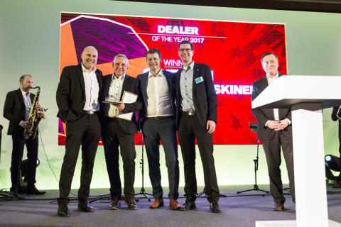 Swecon tar emot utmärkelsen '2017 EMEA Dealer of the Year' av Volvo Construction Equipment