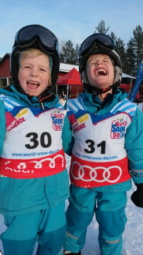 Glada barn under World Snow Day, högre