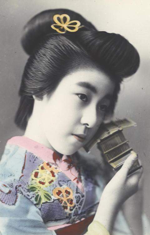 Drömmen om Japan. Ett handkolorerat vykort från Cronholms samling, fotograferat tidigt 1900-tal i Tokyo.