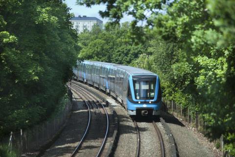 Tunnelbanetåg i sommargrönska