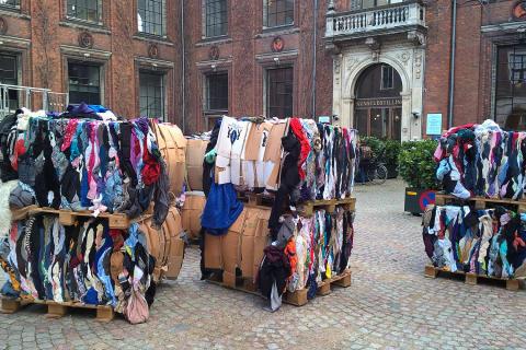12 tons genbrugstøj i kunstens tjeneste