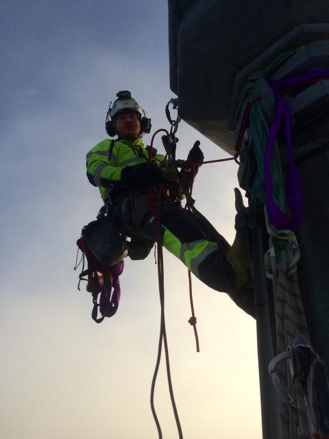 Reparbetare inspekterar tornspiror Uppsala Domkyrka.