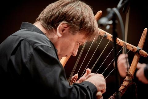 Nikos Xanthoulis spelar på den antika lyran