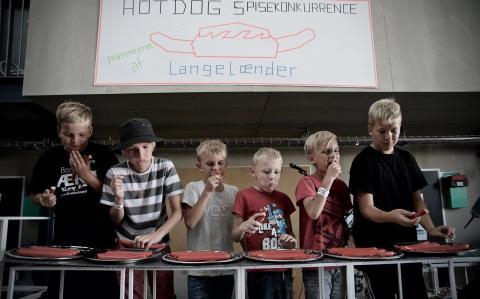Hot Dog konkurrencen trak unge gæster til Ærø Dog Days i 2016