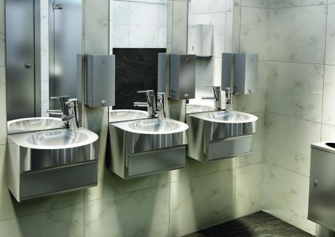 Offentlig toalett med rostfritt tvättställ och inredning
