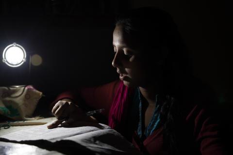 Läxläsning i ljuset av solcellslampan