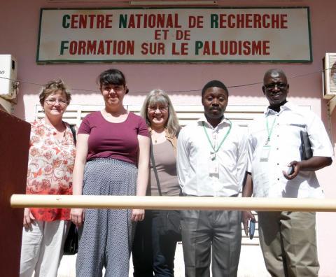 Forskarna Mary O'Conell, Ioana Bujila, Anki Östlund Farrants, Guillaume S. Sanou och Issa Nébié utanför malariainstitutet i Ouagadougou. Foto: May O'Connell.