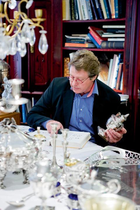 Silver- och smyckeexperten Jan Ribbhagen forskar om silverföremål.