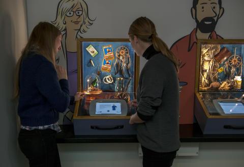 En souvenir för livet - besökare i utställningen testar tullstationen