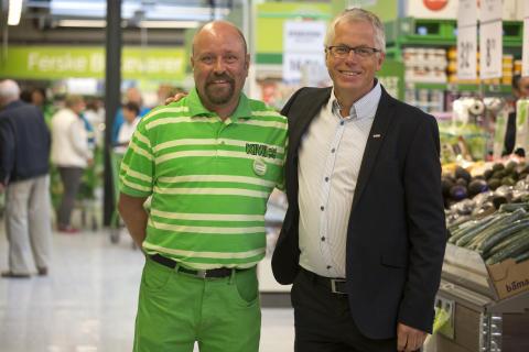 Oddbjørn Halbjørhus (t.v.), franchisetaker på KIWI Hemsedal, og administrerende direktør i KIWI minipris, Jan Paul Bjørkøy.