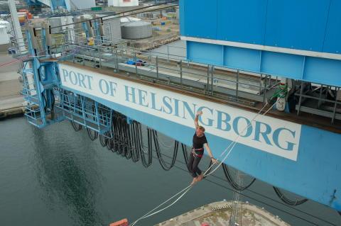 Världsunik lindans mellan containerkranar i Helsingborgs Hamn