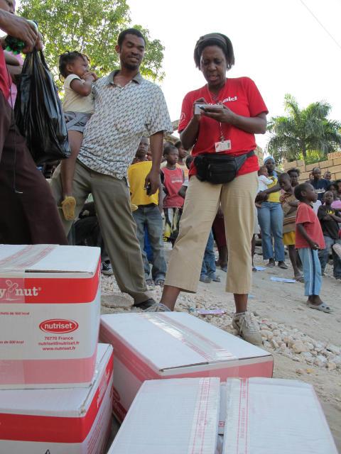 Marie Andrée, ActionAid Haiti, delar ut nödhjälpspaket