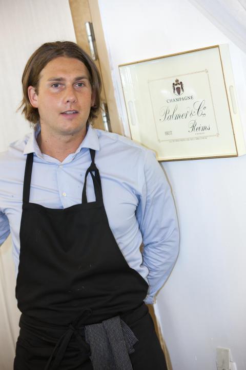 Kocken Fredrik Jonsson serverade tilltugg till Palmer Blanc de Blancs 2011