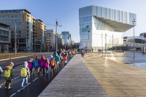 1000 Kinder helfen, 7000 Bücher in die neue Osloer Stadtbibliothek zu tragen