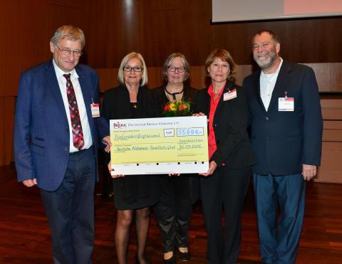 Denksportler unterstützen Menschen mit Demenz - Deutsche Alzheimer Gesellschaft erhält großzügige Spende vom Deutschen Bridge-Verband