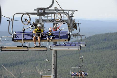 Mountainbike i 6-stolsliften på Idre Fjäll