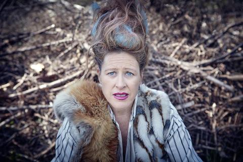 Wounded Animals – Angela Wand, nutida clown, i vild och mångbottnad soloshow på Hangaren Subtopia