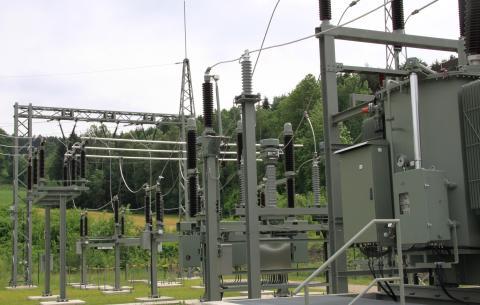 Umspannwerke des Bayernwerks sind die Schnittstelle zwischen Mittelspannung- und Hochspannungsnetz. Auch in Hörbering ist ein neues Umspannwerk entstanden, das nun an das Hochspannungsnetz angebunden wird.