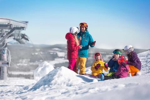 Branäs - Familie holder pause i sneen Foto Branäs