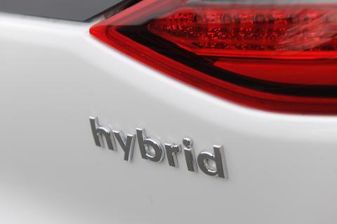Hybridbiler klatrer på ønskelista