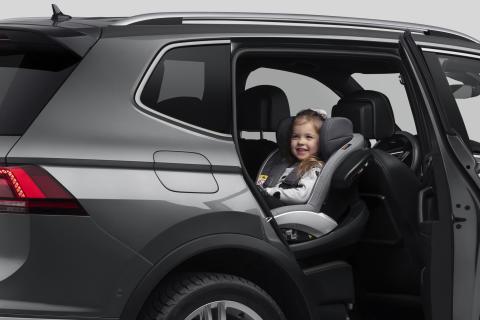 Ett barn bör sitta bakåtvänd i en bilbarnstol fram till minst fyra års ålder