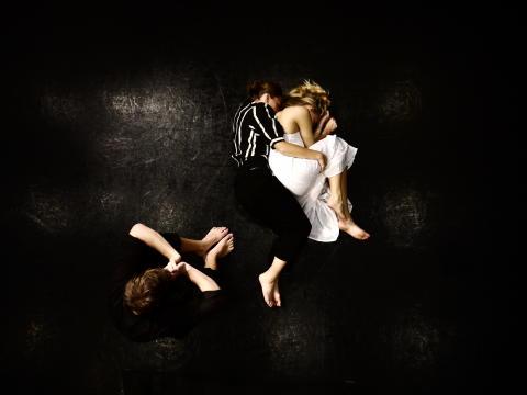 Inför lyckta dörrar av Jean-Paul Sartre med Unga Folkteatern premiär 24 november 2011.