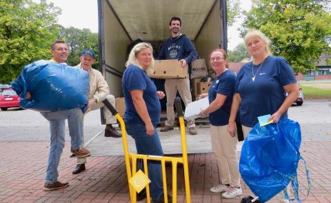 Rotaryklubbarna  i Nora och Hedemora skickar kläder och annat till Lettland