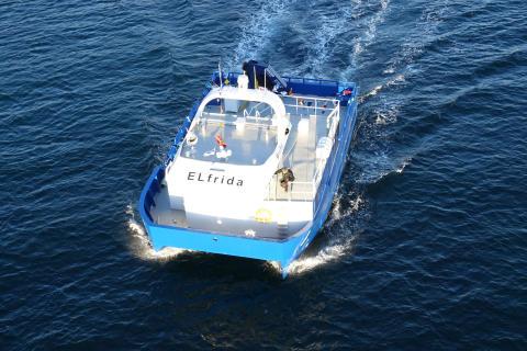 Norwegen geht auch bei der maritimen E-Mobilität voran. Seit 2017 ist erstmalig ein batteriebetriebenes Schiff auf einer norwegischen Lachsfarm im Einsatz.