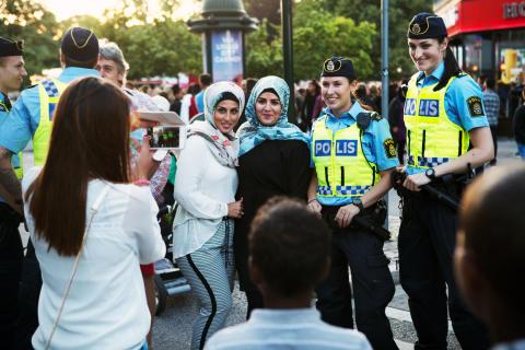 Poliser och festivalbesökare under Malmöfestivalen.