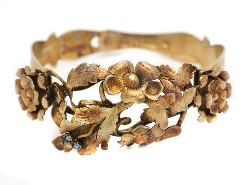 Klassiska 23/2, Nr. 109, P O HELLSUND (1843-1857), armring, förgyllt silver, 3 turkoser, blomdekor