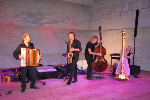 Foto: Mit Ihren ausgefallenen Interpretationen begeisterte das Quartett Quadro Nuevo das Publikum auf der Bühne des modernen Konzerthauses Blaibach.
