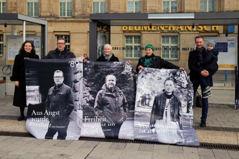 Die Beteiligten zeigen die ersten Plakate (v.l.): Dr. Nathalia Raue, Uwe Frauendorf, Karin Wieckhorst, Cornelia Matzke und Daniel Lange (RBL Media GmbH) mit Tochter Florentina - Foto: Andreas Schmidt