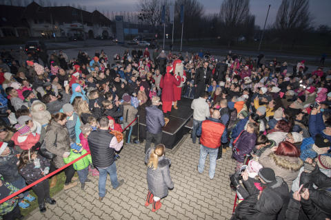 Joulupukki a kaposvári Ford szalon előtt találkozott a gyermekekkel