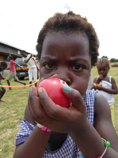 Barn på Läkarmissionens barncenter i Moçambique