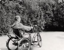 Historisk trehjulig rullstol