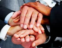 Många händer som håller i varandra