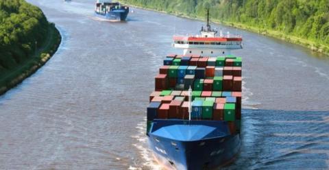 Containerschiff Wes Amelie fährt mit synthetischem Erdgas
