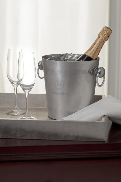 Njut av bubbel i glasen och vår romantiska meny! Vi tjuvstartar redan på lördag!