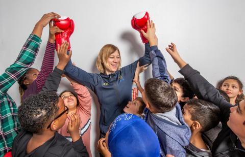 Idag: Olympier inspirerar barn i Upplands-Väsby att nå  100 varv runt jordklotet för en bättre värld