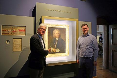 Dr. Volker Rodekamp und Eric Buchmann vor dem Bach-Portrait im Alten Rathaus