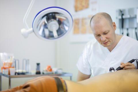 Psoriasispatienter får sämre tillgång till effektiv behandlingsmetod med stigande ålder