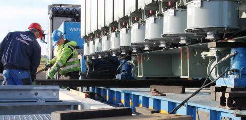 Über ein Schienensystem  wird der Transformator zu seinem Bestimmungsort manövriert.