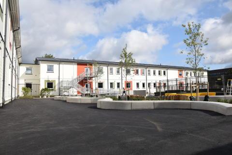 Gottsundas nya modulskola med den nya skolgården.