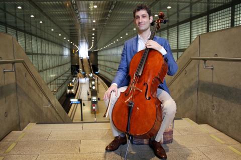 """Der Cellist mit """"Bertha"""", seinem Cello, im Leipziger City-Tunnel"""