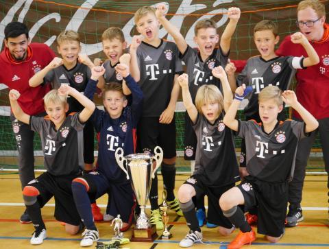 Die E-Jugend des FC Bayern München hat ihren Titel aus dem Vorjahr beim 22. Internationaler Bayernwerk Junior Cup 2016 am Wochenende in Gilching verteidigt.