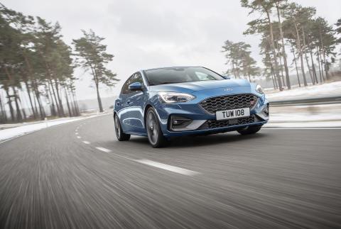 Täysin uusi Ford Focus ST yhdistää rata-ajon suorituskyvyn, mutkateiden hauskuuden ja arkipäivien käyttökelpoisuuden ilman kompromisseja